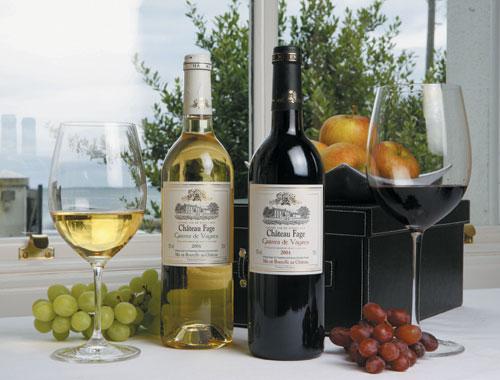 vina-s-zakuskami-na-prazdnichnom-stole-1